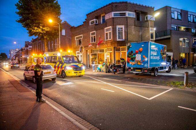 Bestuurster snorscooter gewond na botsing met bezorgwagen