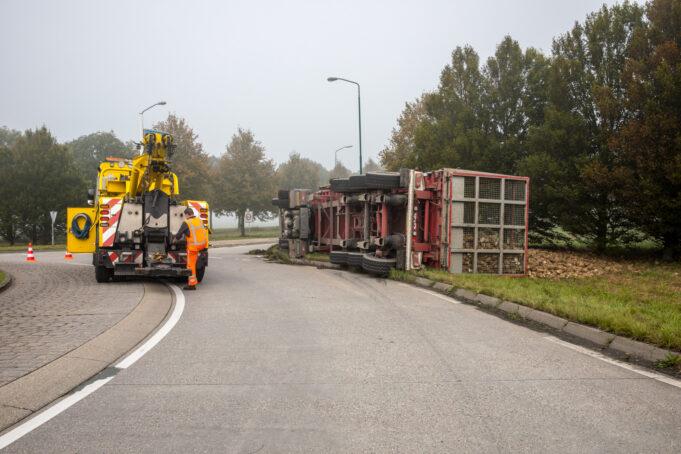 Vrachtwagen met suikerbieten gekanteld op rotonde bij Oud Gastel